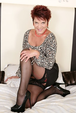 Short Hair MILF Porn Pictures